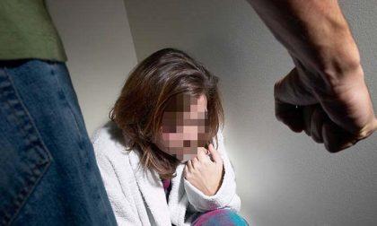 Calci alla moglie e la chiude sul balcone: arrestato marito violento