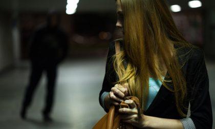 Rapinata della borsetta di notte sotto casa vicino a Porta Nuova: poi arriva un rider e la salva