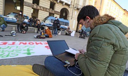 Protesta studenti in piazza Castello a Torino contro la DAD