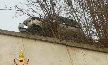 Incidente al cardiopalma: auto resta sospesa su un dirupo