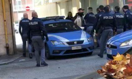 Va in Commissariato con i vestiti appena rubati: arrestato