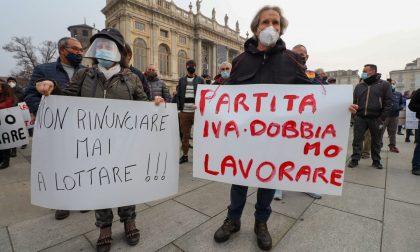 Manifestazione in piazza a Torino: le partite Iva scacciano i negazionisti