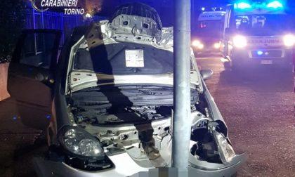 Rubano un'auto e si schiantano contro un palo della luce