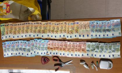 Butta i soldi dalla finestra (1.600 euro) per evitare l'arresto