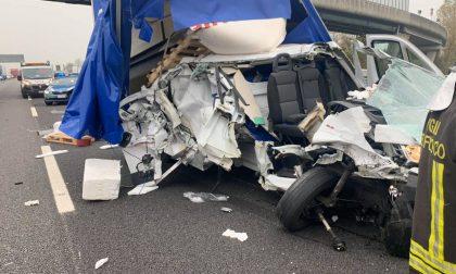 """Incidente in A4 a Brandizzo, le foto del fugone """"disintegrato"""""""
