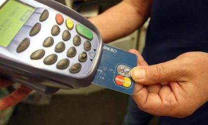 Gli rubano il portafoglio e poi usano la sua carta di credito per fare acquisti
