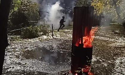 No Tav lanciano pietre contro il cantiere di Chiomonte, la polizia risponde con gli idranti