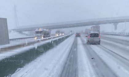 Code e rallentamenti in A4 e A21: troppa neve e mezzo in avaria FOTO