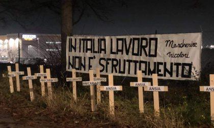 """Cimitero simbolico contro Amazon: """"Qui riposano i diritti dei lavoratori"""""""