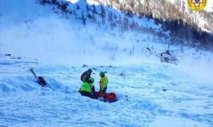 Scialpinista travolto da una valanga salvato dagli amici