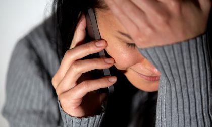 Stalking e botte all'ex, minacciata anche davanti alla polizia: poi se la prende con la famiglia