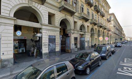 Chiuso per assembramento market sotto i portici di via Nizza a Torino