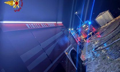 A fuoco una tettoia, l'intervento dei Vigili del Fuoco evita il peggio