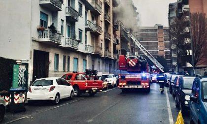 A fuoco un appartamento in una palazzina: una stanza incenerita