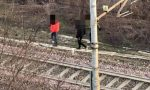 Ragazzi sfidano la morte camminando lungo i binari