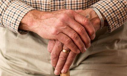 Vuole i soldi della droga e per ottenerli non esita a picchiare il padre 73enne