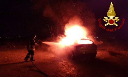 Il fumo dal cofano, poi l'auto prende fuoco: conducente sana e salva