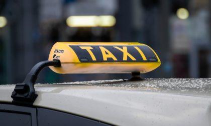 Paga la corsa del taxi con i soldi rubati poco prima in un bar