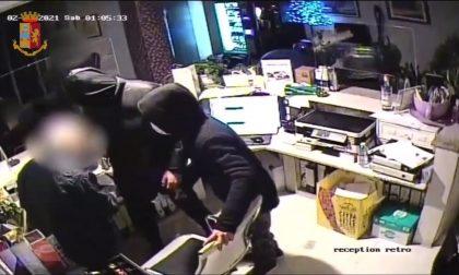 Il video della rapina in hotel: in quattro sequestrano portiere di notte, tre sono minorenni