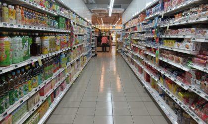 Aperi-furto al supermercato: ruba scarpe e pigiama e mangia cous cous e alette di pollo