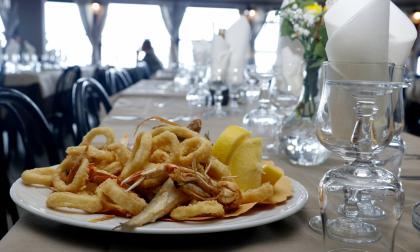 Fidanzati prenotano ristorante a San Valentino ma lo trovano chiuso: infuria la polemica