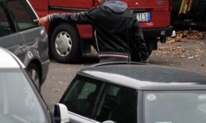 Parcheggiatori abusivi di fronte al San Giovanni Bosco: due uomini multati per oltre 1.500 euro