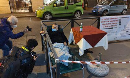 Barista si ammanetta al dehors: protesta contro lockdown e ristori troppo scarni