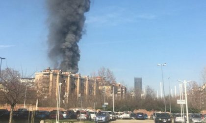 Spaventoso incendio in zona Politecnico: al lavoro tre squadre di Vigili del fuoco