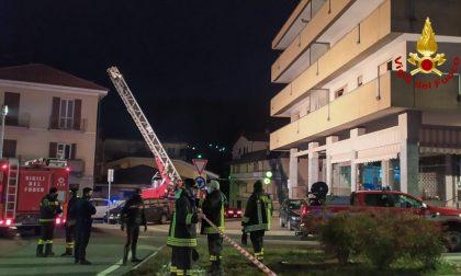 Incendio nelle cantine di un condominio: 18 evacuati, 12 persone lievemente intossicate
