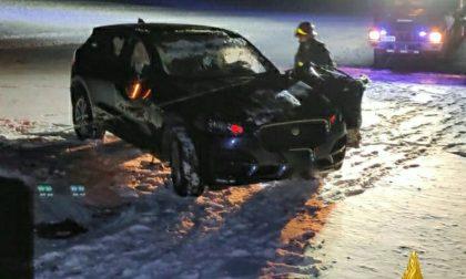 Si ribalta su un pendio innevato: giovane donna perde la vita colpita dalla sua vettura