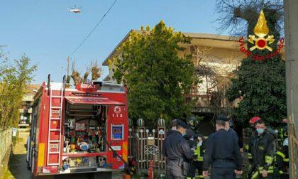 Incendio in villetta a Cavour, proprietario portato in salvo