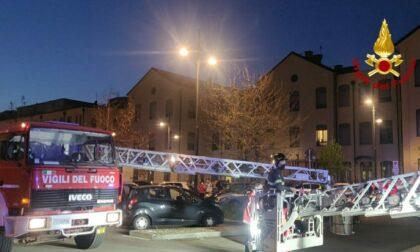 Incendio nella cantine di un palazzo a Torino: residenti evacuati