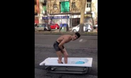 Il video del bagno in corso Novara, porta una vasca in strada per protestare contro chi gli ha staccato la luce