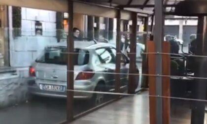 Il video dell'automobilista che passa (al pelo) tra un muro e il dehor di un bar