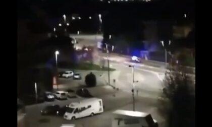 Il video del ragazzino che ruba l'auto della mamma e sperona quella dei carabinieri