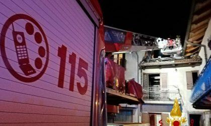 Brucia il tetto di una casa e danni anche al primo piano