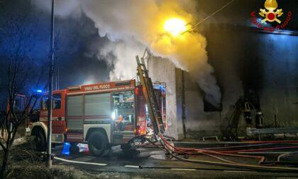 Le foto dell'incendio nella notte in un magazzino di Bussoleno