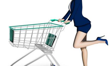 Ladra investe il vigilantes del supermercato con il carrello della spesa per scappare: presa