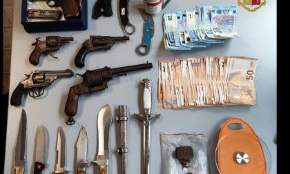 Che ci faceva il pusher ventenne con cinque pistole e otto pugnali in casa?