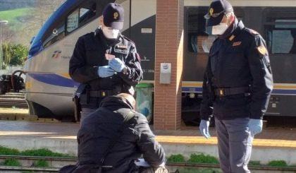 Polizia in azione nelle aree ferroviarie: retata di sbandati