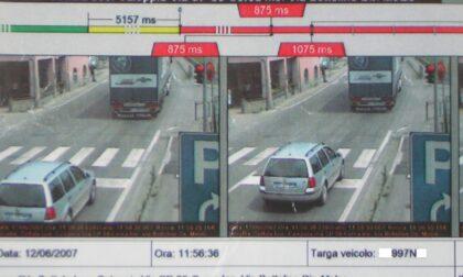 Pioggia di multe con i semafori T-red: oltre 100mila sanzioni in un anno, bufera sul Comune