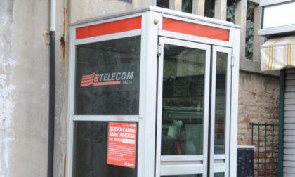 Ubriachi giocano a calcio con dei sassi e danneggiano una cabina telefonica