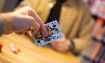 In negozio nessun cliente ma nel soppalco si gioca (in gruppo) a carte