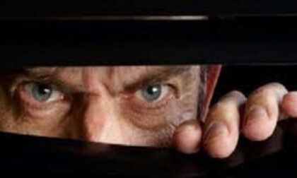 """Anziano spiava la giovane vicina di casa da mesi: arrestato per """"atti persecutori"""""""
