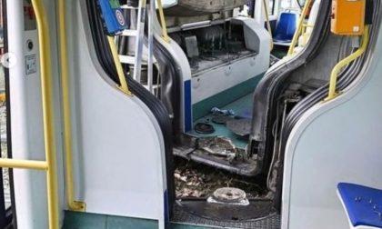 Le foto del tram deragliato e spezzatosi in due
