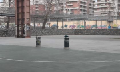 Parco Dora: cestini dei rifiuti al posto delle porte nel campetto da calcio