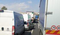 Veicoli a passo d'uomo in Tangenziale per protestare contro i provvedimenti antiCovid