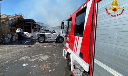 Incendio in via Lanzo: proseguono le operazioni dei vigili del fuoco