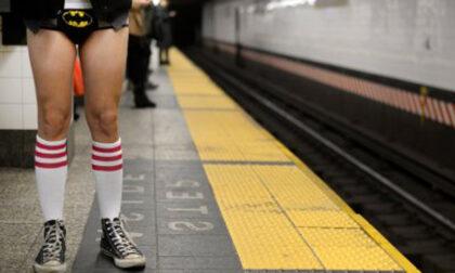 Rimane in boxer sul treno e chiede il biglietto ai passeggeri: ventenne denunciato