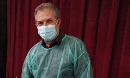Direttore sanitario prende lo zaino e va a vaccinare gli anziani